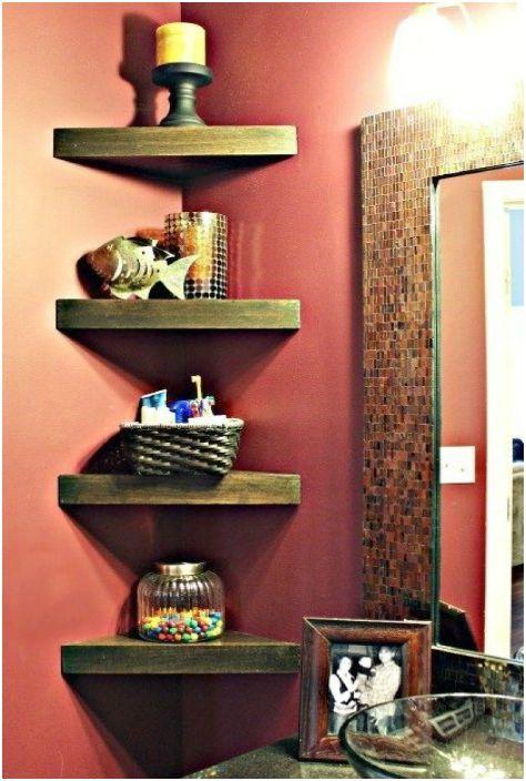 Aby przestrzeń w rogach nie była pusta, można tam umieścić małe półki narożne.