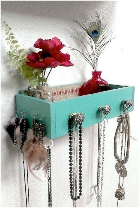 Starą szufladę można zamienić w piękną półkę z haczykami do przechowywania biżuterii i akcesoriów do włosów.