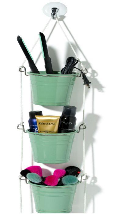 Малки саксии за цветя могат да се използват, за да се направи удобен органайзер за съхранение на козметични консумативи.