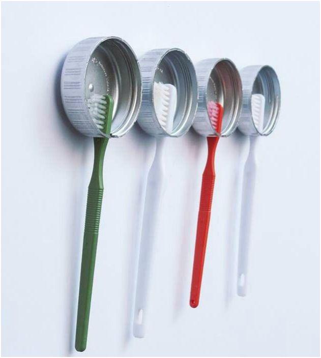 Персонализирани държачи за четки за зъби могат да бъдат направени от обикновени тапи.