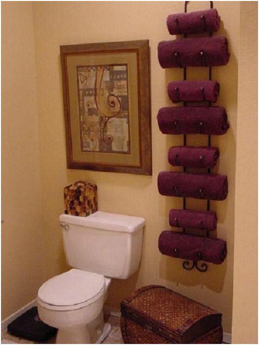 Ręczniki kąpielowe są bardzo wygodne do przechowywania na metalowym stojaku na wino.