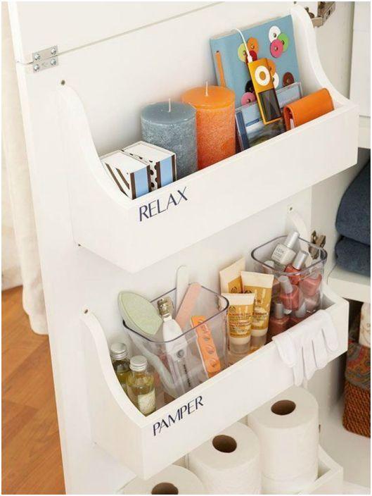 Dodatkowe półki można umieścić po wewnętrznej stronie drzwi garderoby.