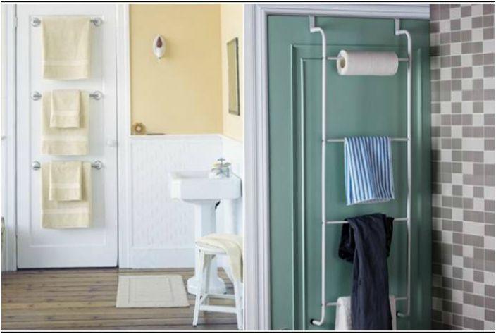 За да спестите място, кърпите за баня могат да бъдат поставени на закачалки или релси, прикрепени към вратата на банята.