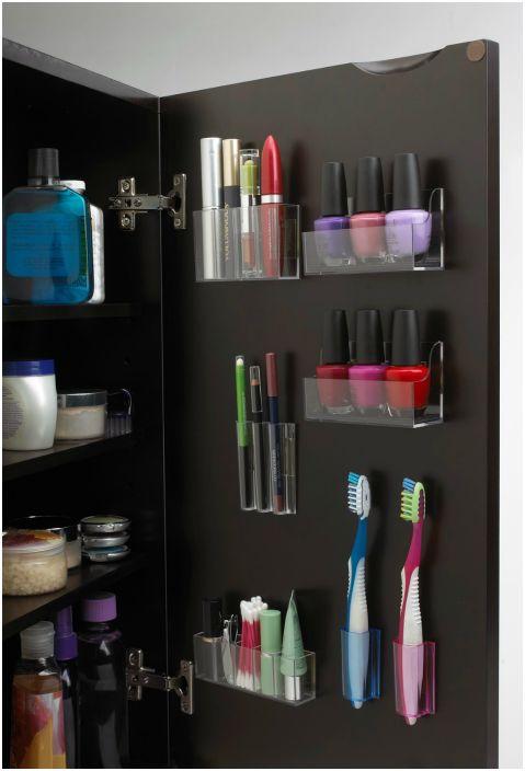 Контейнери за козметика, четки за зъби и други малки предмети могат да бъдат поставени на вратата на шкафа.