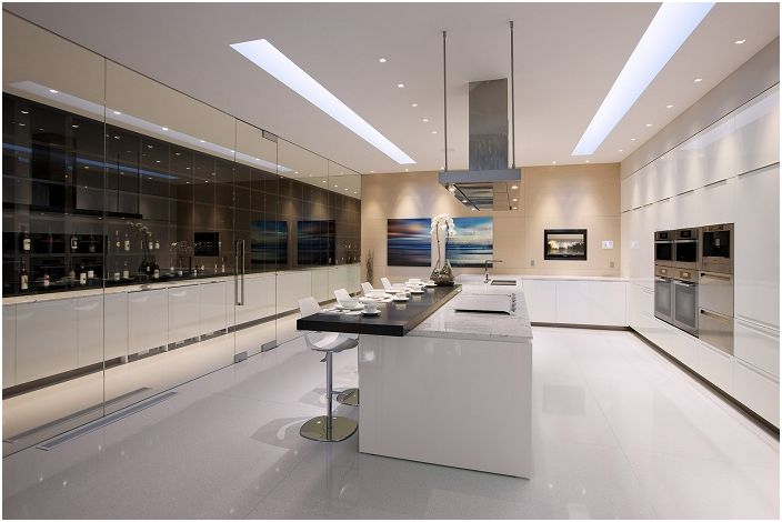 Отлична модерна кухня с чудесно осветление и светла атмосфера.