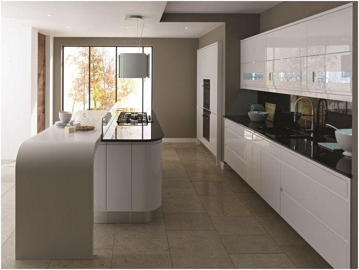 Комбинацията от кафяви и бели цветове в интериора на кухнята.