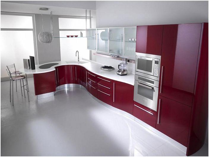Модерна бяла кухня с черешови мебели.