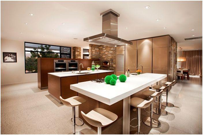 Изящна кухня в кафяво-бяла палитра.