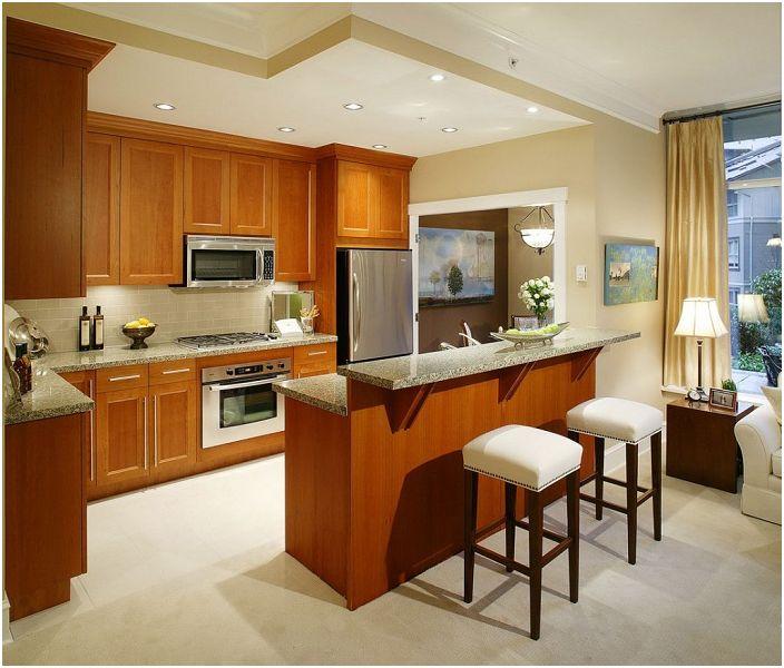 Голяма кухня с дървени мебели и ярко осветление.