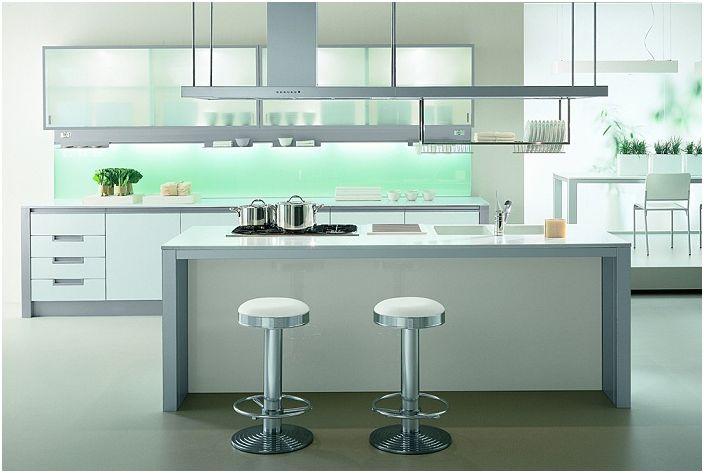 Лек кухненски интериор с метални елементи в мебелите.