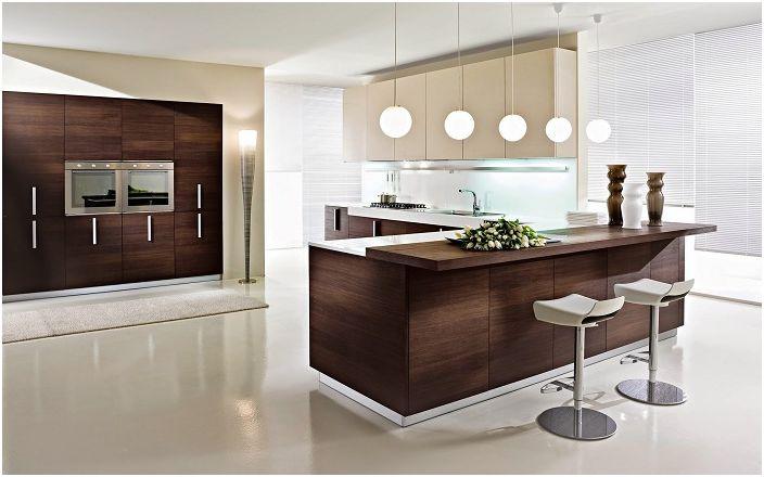 Модерна кухня с мебели от тъмно дърво.