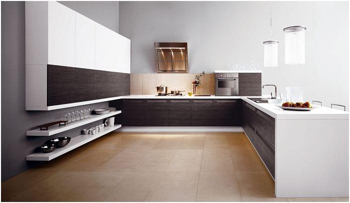 Светлата кухня с дървени парчета добавя специален контраст на интериора.