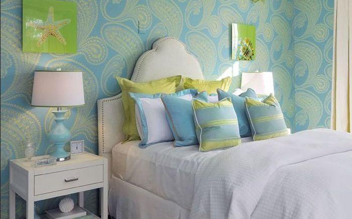 Lys grønn og himmelblå på innsiden av soverommet