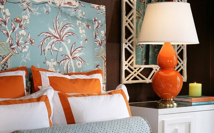 Mykblå og oransje aksenter i interiøret