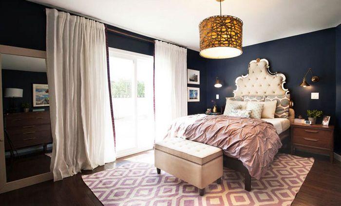 Blått og lilla på innsiden av soverommet
