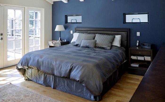 Синьо-зелен и коняк в интериора на спалнята