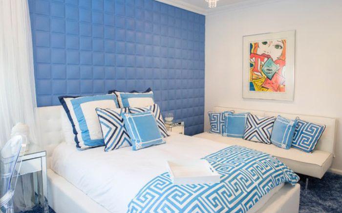 Синьо и бяло в интериора на спалнята