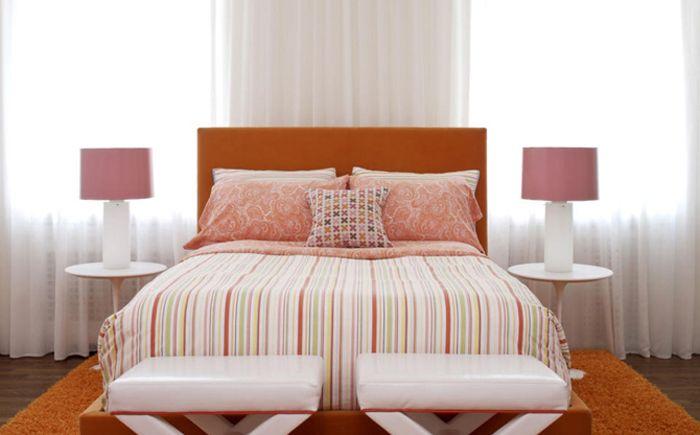 Rosa og oransje på innsiden av soverommet