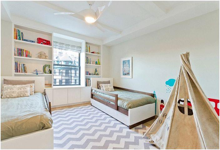Голяма момчешка спалня със сладък wigwam, който създава специална атмосфера.