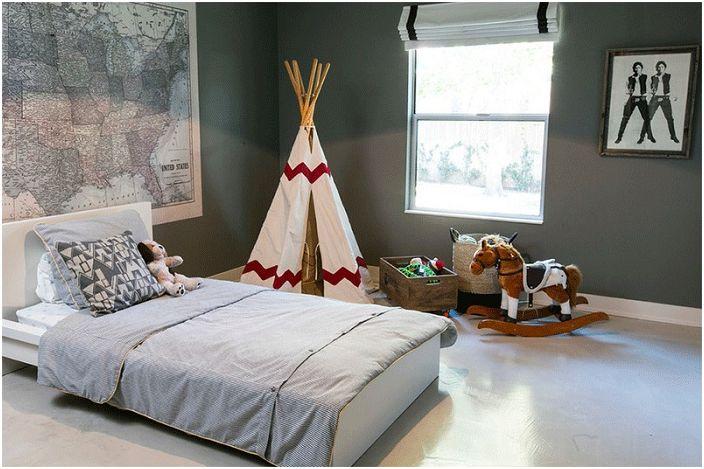 Бяла вигвам украсява спалнята, която е декорирана в сиви тонове.