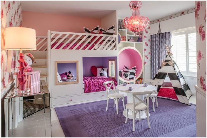 Красива спалня в розови и лилави тонове с черно-бели акценти.