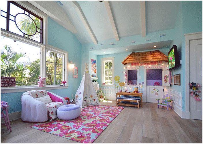 Прекрасна светла спалня с интересна wigwam. Източник на вдъхновение и забавление.