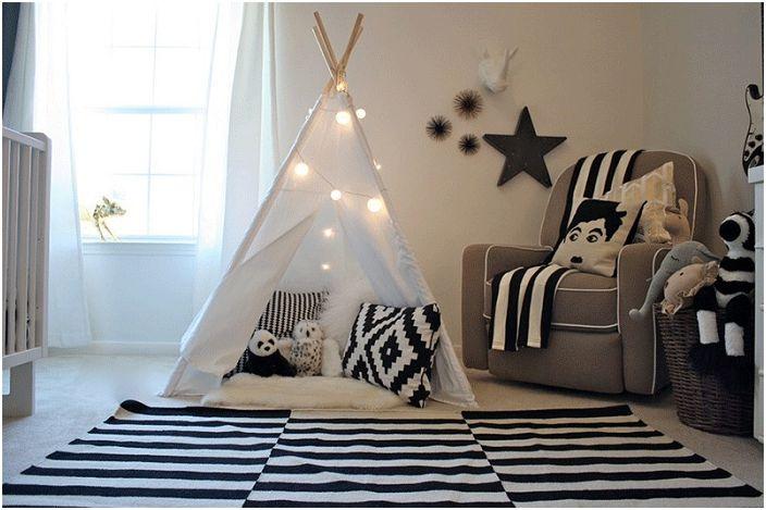 Детската спалня е декорирана в черно и бяло със сладък уигвам.