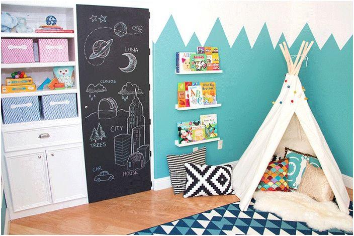 Спалня с wigwam, където децата могат да четат любимите си книги.
