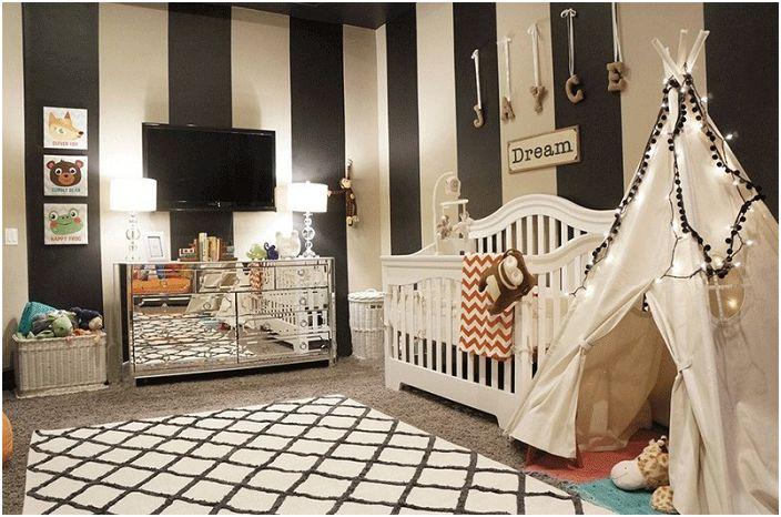 Стени в черни и бели ивици в детската стая: нестандартно решение и wigwam с помпони.