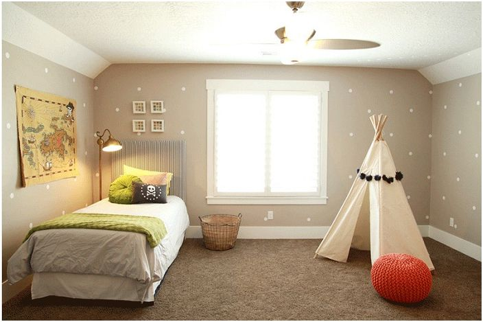 Спалня с wigwam, украсена с помпони.