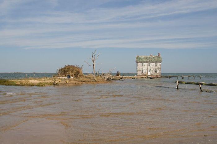 Последний дом, оставшийся на острове Холланд. Он был разрушен окружающими его водами в 2010 году.