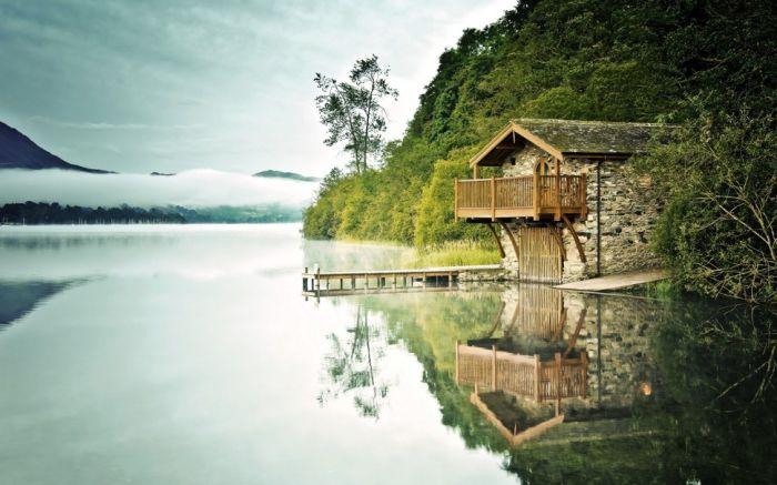 Samotny kamienny dom nad rzeką.