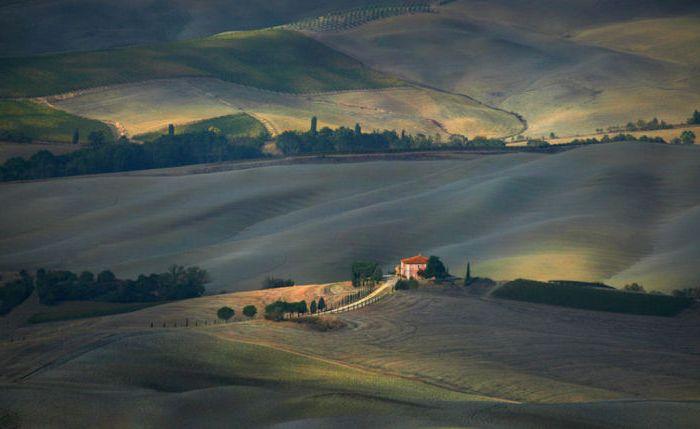 Mały dom wśród wzgórz ogromnego kraju.