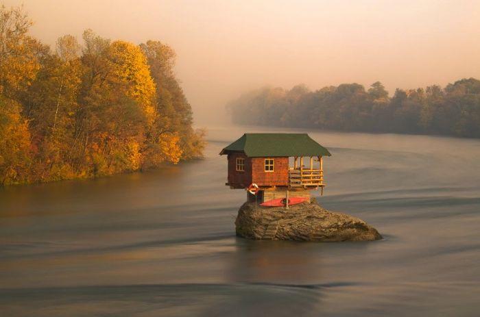 Dom na wysepce na środku rzeki.