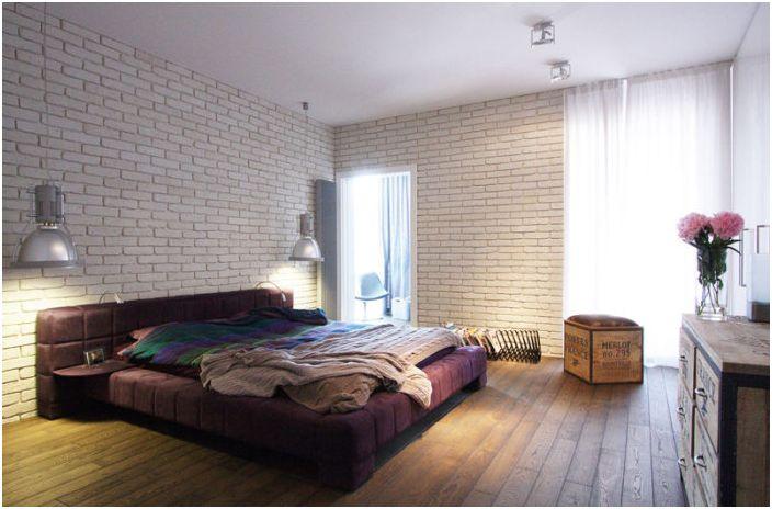 Прекрасен интериор на спалнята в индустриален стил с тухлена зидария, която по свой начин разкрива характеристиките на стаята.
