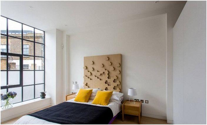 Декорирането на спалня с голям прозорец отваря нови хоризонти в създаването на интериор с индустриален дизайн.