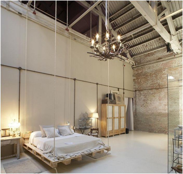 Необичайният дизайн на спалнята с помощта на преустройство на старата стая придаде на стаята нов живот в модерен стил.