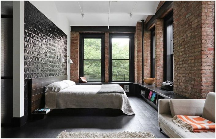 Отлична декорация на стените в спалните с помощта на тухлена зидария, по специален начин предава атмосферата на стаята.