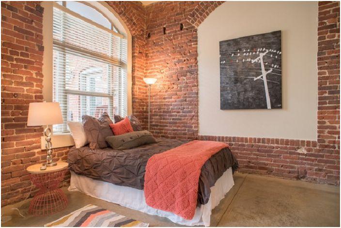 Преобразуването на старо пространство и превръщането му в модерна спалня е характеристика на индустриалния дизайн.