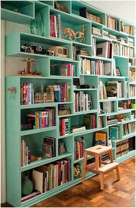 Интересна украса на рафтовете в шкафа за книги, което ще създаде страхотна атмосфера в стаята.