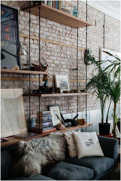 Интересни шарнирни рафтове, които ще зарадват окото на фона на шикозна каменна стена, допълват цялостното настроение на стаята.