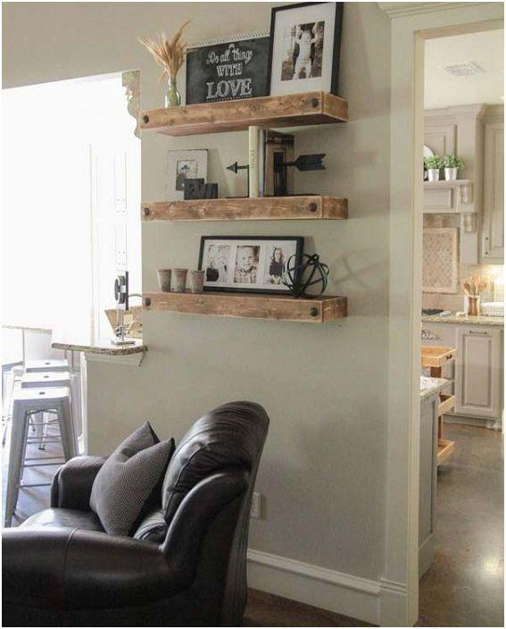Красивите и на пръв поглед прости дървени рафтове ще бъдат прекрасен декор елемент в хола.