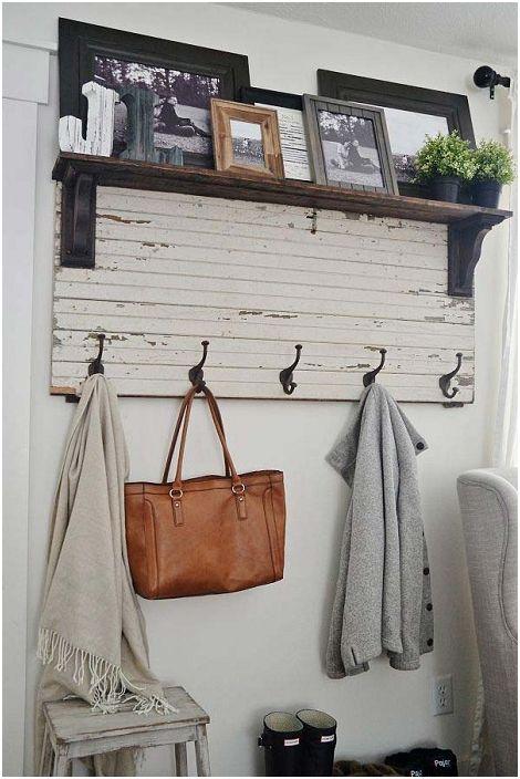Удобният рафт с куки ще оптимизира пространството във вашия дом.