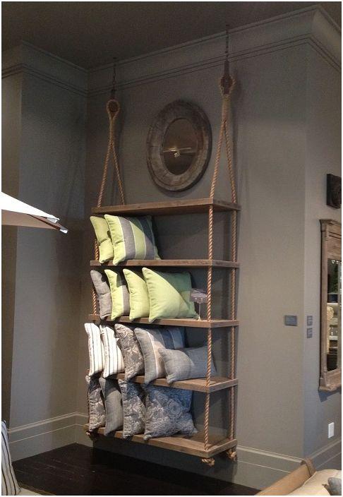 Красиви дървени рафтове, прикрепени към въжета, просто и интересно ще украсят интериора на всяка стая.