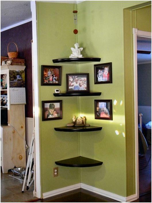 Приятна декорация на ъгъла на стаята с интересни рафтове, които допълват интериора.