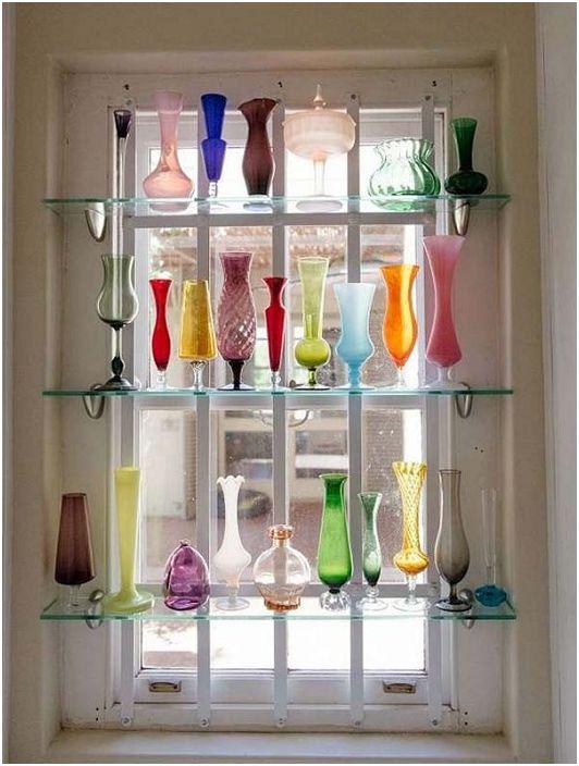 Интересни рафтове, със стъкло, монтирано срещу прозорците, върху които са поставени много вази, какъв е бил декорирането им.
