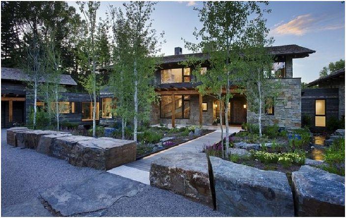 Красива имение в камък и дърво