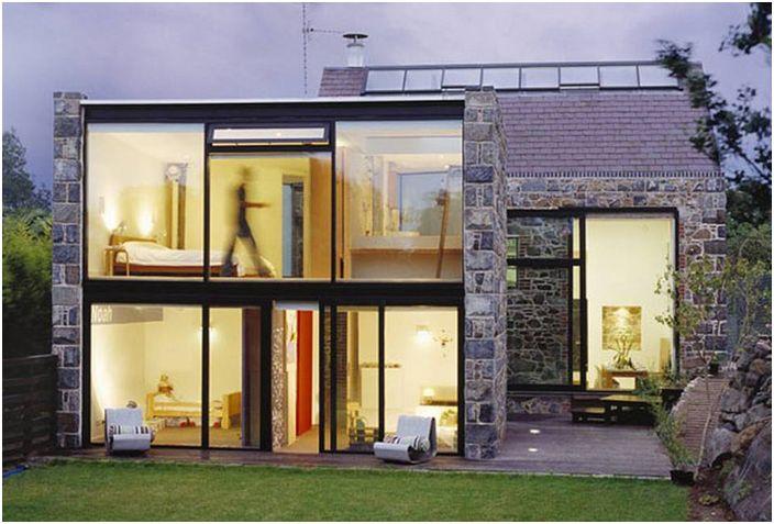 Камъкът и стъклото са основните дизайнерски елементи на обновената плевня