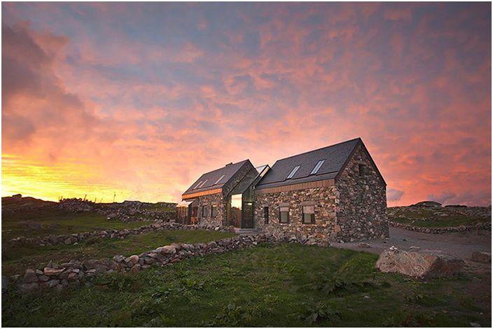 Две каменни къщи с остъклена преграда
