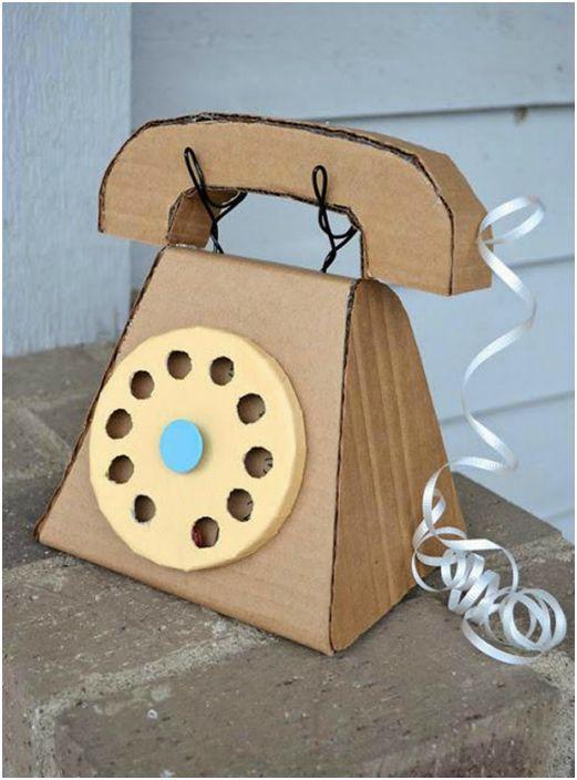 Забавный проводной телефон, сделанный из картонной коробки.